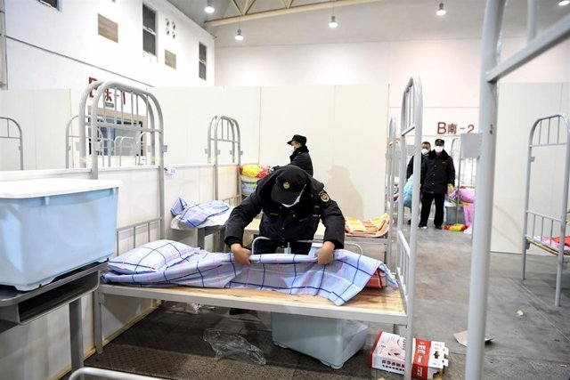 06 February 2020, China, Wuhan: Workers arrange beds of an emergency hospital has 2000 beds, which come into service amid efforts to curb the spread of the coronavirus in Wuhan, ground zero for the coronavirus outbreak. Photo: -/TPG via ZUMA Press/dpa