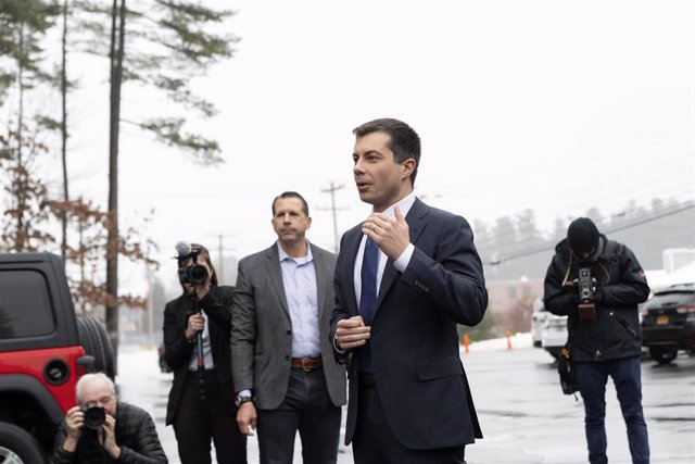 Pete Buttigieg se dirige a la prensa en el estado de New Hampshire