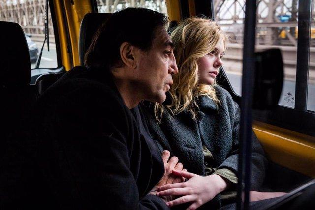 Javier Bardem y Elle Fanning en The Roads Not Taken