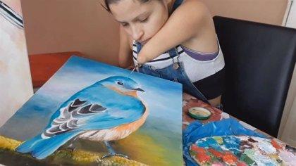 Zuly Sanguino nació sin manos, pero eso no le ha impedido convertirse en una talentosa artista