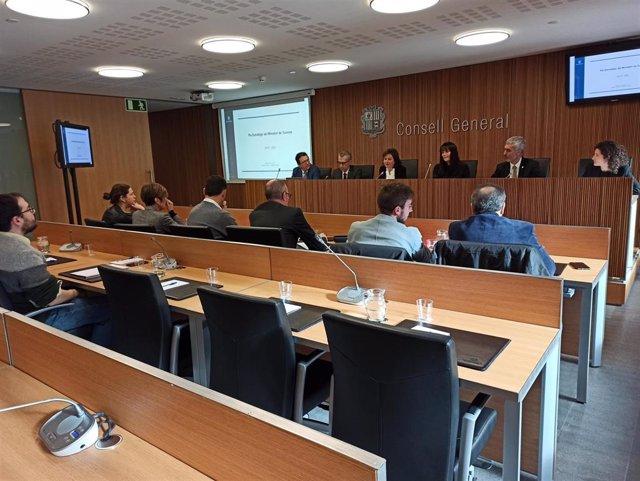 La ministra de Turismo, Verànica Canals, ha comparecido en la comisión legislativa de economía acompñada del gerente de Andorra Turismo, Betim Budzaku, y del director del Departamento de Turismo del Gobierno, Sergi Nadal.