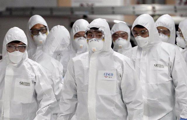 Técnicos surcoreanos trabajan en las tareas de desinfección por el coronavirus