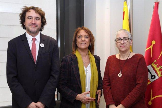 La directora general de Política Lingüística del Govern, Beatriu Defior, y los cargos homólogos del gobierno catalán y valenciano, Ester Franquesa y Rubén Trenzano, respectivamente.
