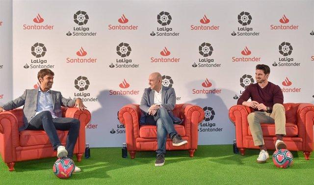 Aitor Ocio (izda(, el periodista Julio Maldonado (centro) y Xabi Prieto (dcha) conversan durante 'LaLiga Santander Talks'