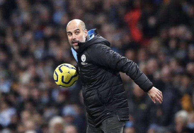 Guardiola dirigiendo al Manchester City
