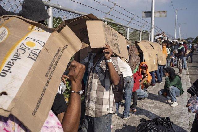 Migrantes hondureños logran cruzar la frontera de Guatemala con México tras varios días de espera