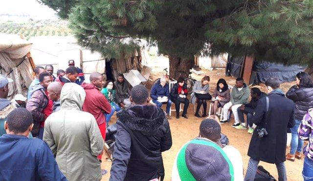 El Relator en su visita a uno de los asentamientos de inmigrantes de Lepe
