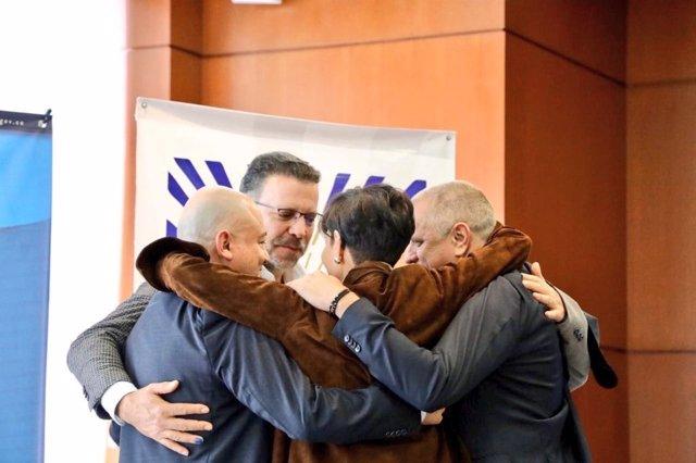 Abrazo entre ex guerrilleros de las FARC y víctimas del atentado de El Nogal