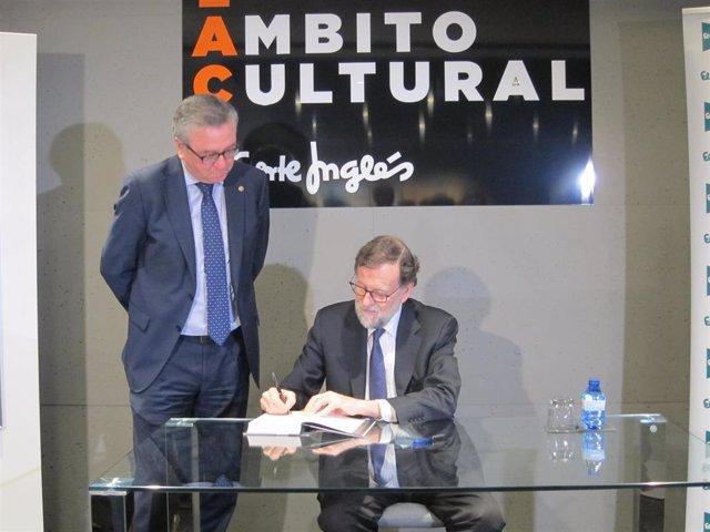 Mariano Rajoy firma un ejemplar de su libro en Murcia