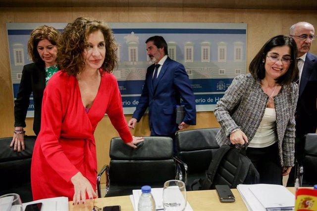 La ministra de Hacienda, María Jesús Montero (2i), y la ministra de Política Territorial y Función Pública, Carolina Darias (4i), a su llegada para presidir el Consejo de Política Fiscal y Financiera (CPFF) en el Ministerio de Hacienda, en Madrid (España)