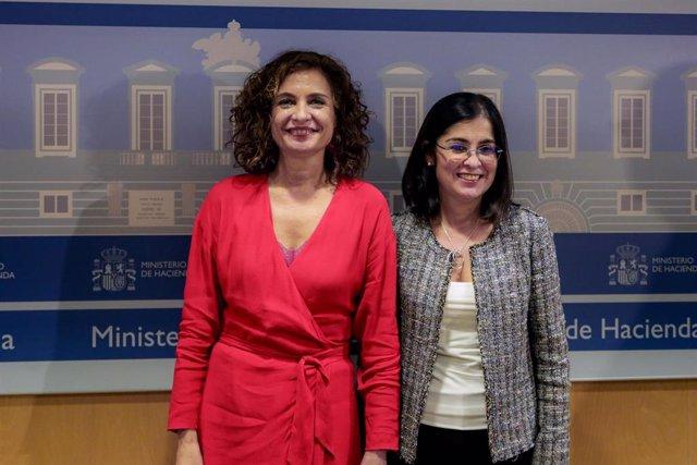 (I-D) La ministra de Hacienda, María Jesús Montero, y la ministra de Política Territorial y Función Pública, Carolina Darias, posan tras presidir el Consejo de Política Fiscal y Financiera (CPFF) en el Ministerio de Hacienda, en Madrid (España) a 7 de feb
