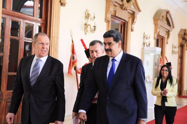 El ministro de Asuntos Exteriores de Rusia, Sergei Lavrov, y el presidente de Venezuela, Nicolás Maduro.