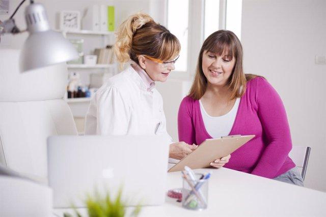 Mujer con sobrepeso en la consulta de nutricionista.