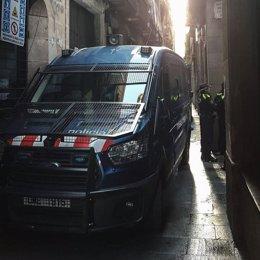 Un furgó de Mossos d'Esquadra durant el dispositiu contra narcopisos en el Raval, al costat de la Guàrdia Urbana de Barcelona.