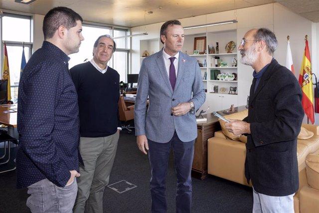 El consejero de Desarrollo Rural, Ganadería, Pesca, Alimentación y Medio Ambiente, Guillermo Blanco, recibe a representantes de la asociación Cantabria ConBici