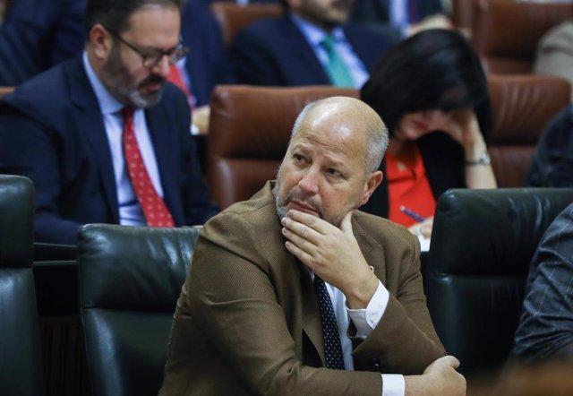 El consejero de Educación y Deporte, Javier Imbroda, sentado en su escaño durante la sesión de control al gobierno. En el Parlamento de Andalucía (Sevilla), a 05 de febrero de 2020.