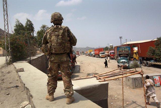 Soldado afgano en un control