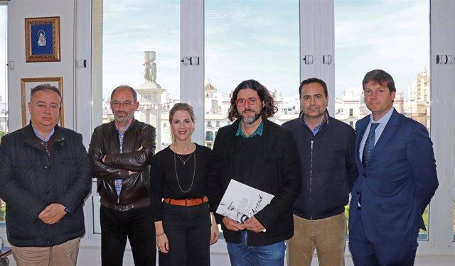 Imagen del encuentro de la delegada de la Junta de Andalucía en Cádiz, Ana Mestre, con la Asociación de la Prensa de Cádiz., promotora de que Cádiz acoja en 2025 el X Congreso Internacional de la Lengua Española.