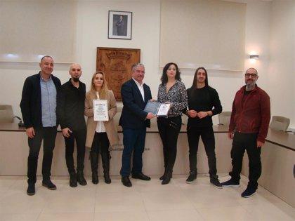 Quintanar recibe el certificado Guinnes por el récord mundial de baterías tocando a la vez