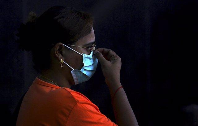Dona amb una màscara per evitar el contagi del nou coronavirus