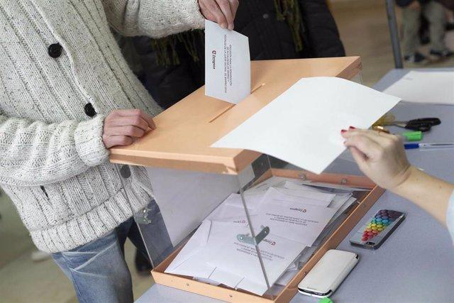 Votante, urna, papeleta, elecciones