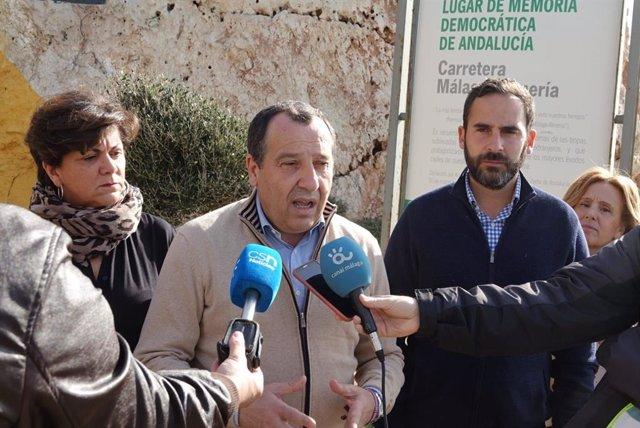 El parlamentario andaluz socialista y secretario general del PSOE de Málaga, José Luis Ruiz Espejo, atiende a los medios de comunicación.