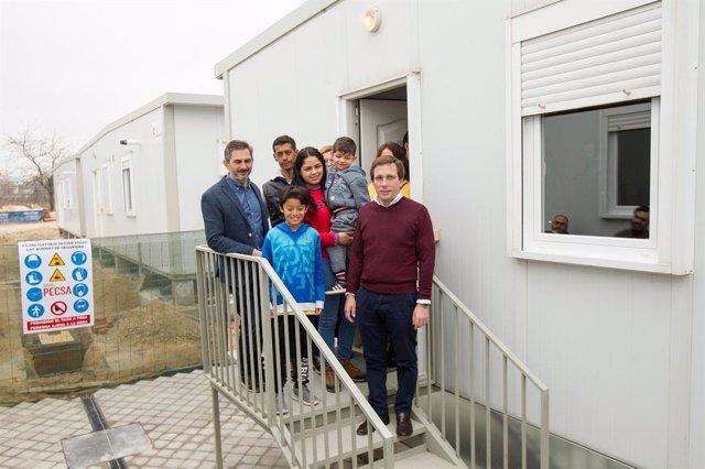 Almeida visita el centro de acogida temporal de refugiados