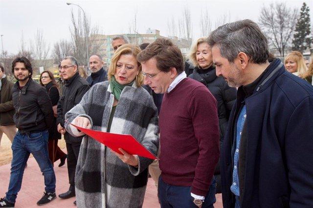 Almeida visita el centro temporal de acogida de refugiados