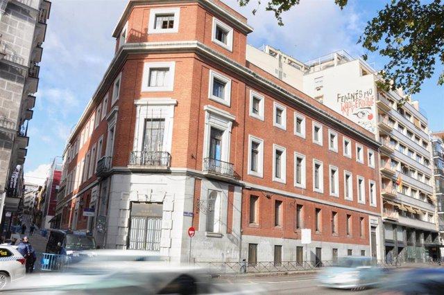 Fachada del edificio de La Ingobernable, tras el desalojo por parte de la Policía Municipal con un operativo de más de 130 efectivos, en Madrid (España), 13 de noviembre de 2019.