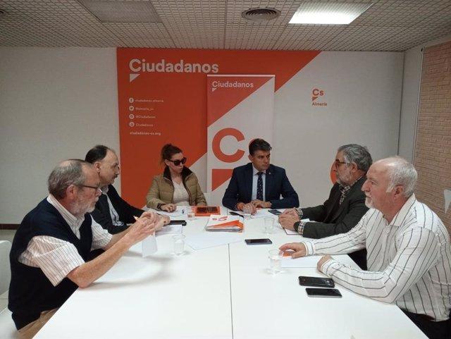 Imagen del encuentro de la parlamentaria autonómica de Ciudadanos (Cs) por Almería, Mercedes López, y el portavoz en el Ayuntamiento de Almería, Miguel Cazorla, con la Mesa del Ferrocarril.