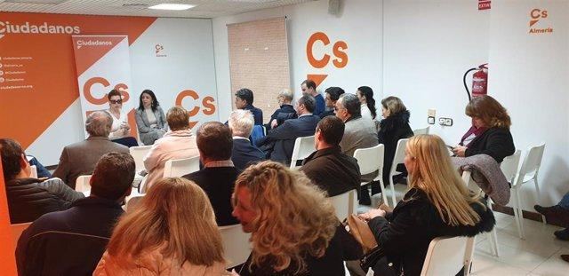 La portavoz de Ciudadanos en Almería y presidenta del Parlamento de Andalucía, Marta Bosquet, en el encuentro que ha mantenido con afiliados de la capital, junto a la también diputada de la formación naranja Mercedes López