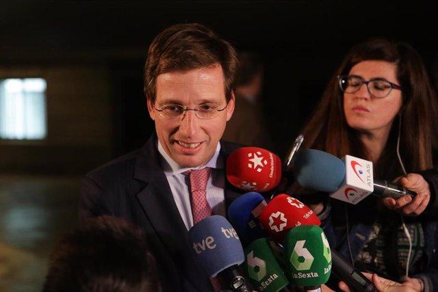 El alcalde de Madrid, José Luis Martínez Almeida, atiende a los medios de comunicación a su llegada a la celebración del 80º aniversario de la Agencia EFE en CaixaForum Madrid, en Madrid (España) a 5 de febrero de 2020.