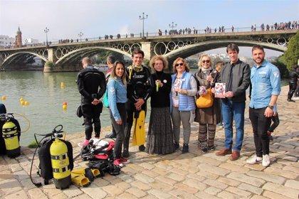 Ayuntamiento de Sevilla colabora en acción medioambiental para concienciar sobre los residuos en el Guadalquivir