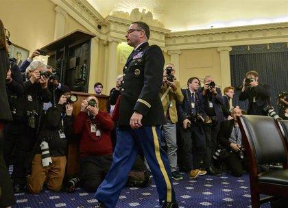 """Trump defiende el cese del coronel que le acusó durante el impeachment, a quien describe como """"insubordinado"""""""