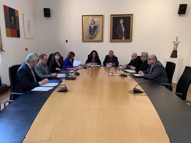La presidenta del Consell, Catalina Cladera, en la comisión mixta de patrimonio con el Obispado.