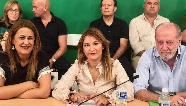 La secretaria de Organización del PSOE de Sevilla, Sonia Gaya, junto a la secretaria general, Verónica Pérez, y el presidente provincial, Fernando Rodríguez Villalobos.