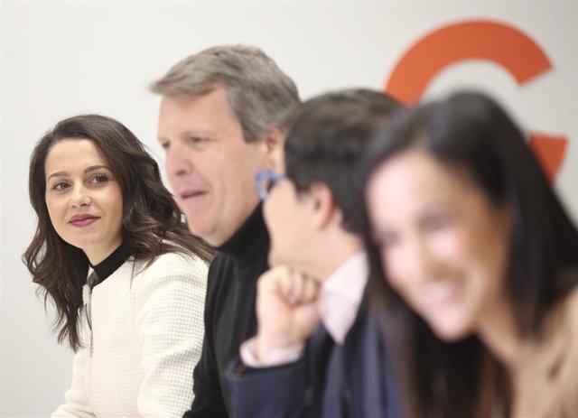 La portavoz de Ciudadanos en el Congreso, Inés Arrimadas (1i); y el secretario de Finanzas del partido y miembro del Comité Ejecutivo Nacional de Ciudadanos, Carlos Cuadrado (2i).