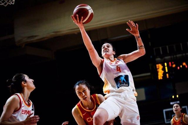 Laura Nicholls, en un partido con la selección española de baloncesto.