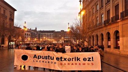 Cientos de personas se manifiestan en Pamplona en contra de las casas de apuestas