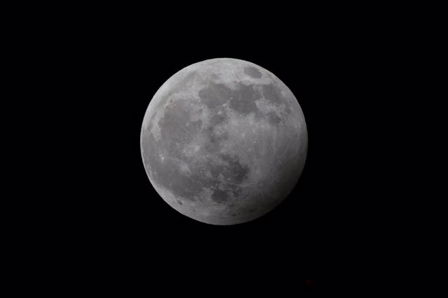 10 January 2020, Cologne: The wolf moon, the first full moon of 2020, rises before a penumbral lunar eclipse. Photo: Henning Kaiser/dpa