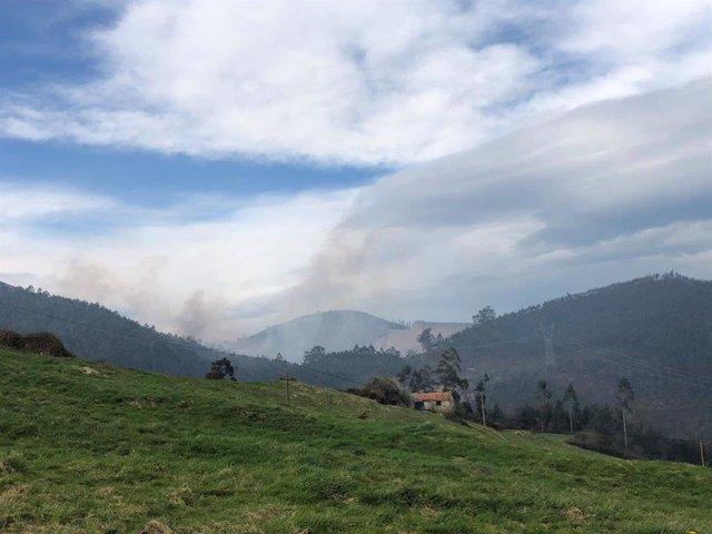 Vista del humo de uno de los incendios provocados ayer viernes