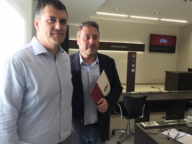 José Luis Soro y Joaquín Palacín (CHA), en la sala de prensa de las Cortes de Aragón.