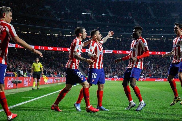Ángel Correa celebra el gol del Atlético ante el Granada