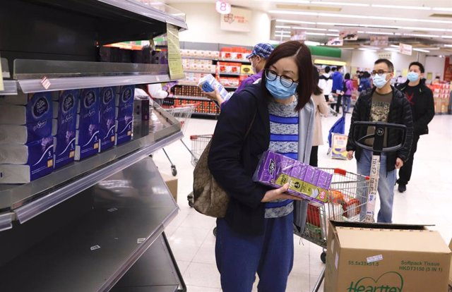 07 February 2020, China, Hong Kong: Woman look at the empty rack at a local supermarket, where almost daily necessities running out of stock in supermarkets under the fear of coronavirus spread. Photo: Liau Chung-Ren/ZUMA Wire/dpa