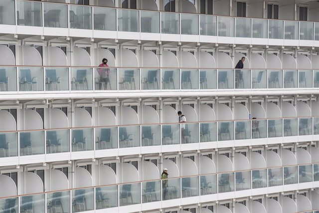 Coronavirus.-Hong Kong aprueba el desembarco de los 3.600 ocupantes de un crucer