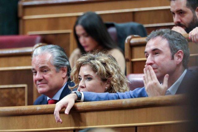 Los diputados de Ciudadanos Marcos de Quinto, Marta Martín y Guillermo Díaz, escuchan atentos una intervención en el Pleno del Congreso