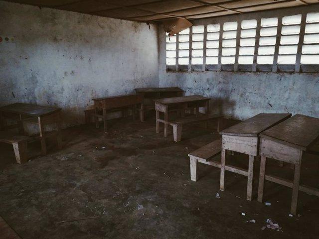 Pupitres en una escuela en Guinea Ecuatorial