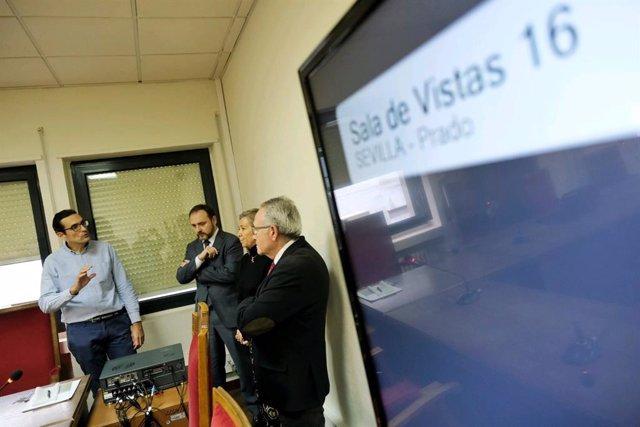 El director general de Infraestructuras Judiciales, Miguel Ángel Reyes, el viernes durante una prueba del sistema de grabación con el decano de los jueces de Sevilla, Francisco Guerrero.