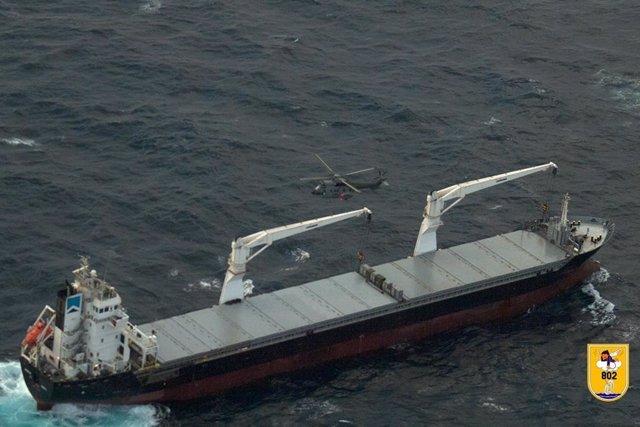 Un helicóptero Superpuma del Ejército del Aire se aproxima al mercante donde viajan los diez migrantes