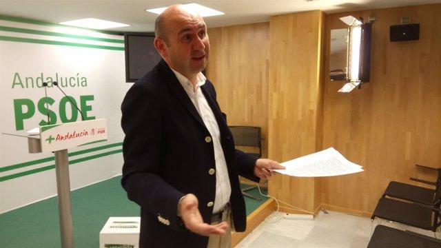 El secretario de Política Institucional del PSOE de Andalucía, Francisco Conejo, en rueda de prensa.